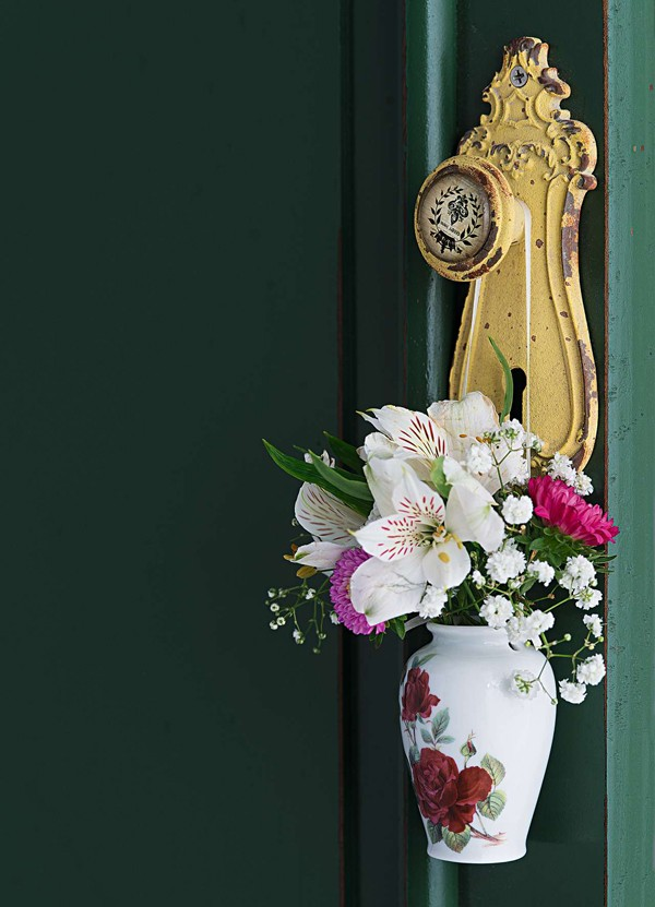A maçaneta ganha flores no minivaso Corporação de Ofícios  (Foto:  Cacá Bratke/Editora Globo)