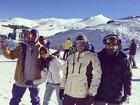 Giovanna Lancellotti e Caio Castro curtem dia de neve no Chile