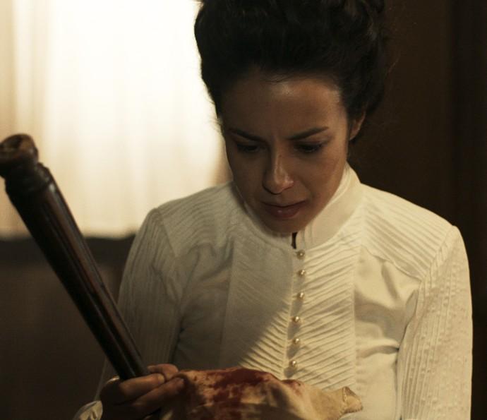 Joaquina fica chocada ao ver lenço do seu pai de criação (Foto: TV Globo)