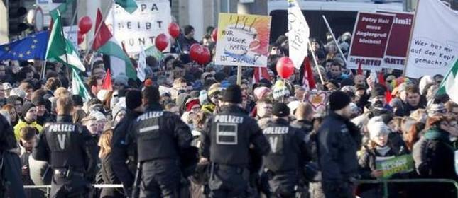 Manifestantes de esquerda organizaram uma manifestação em frente a uma conferência realizada pelos partidos de extrema-direita da Europa na cidade alemã de Koblenz, sábado 21/01/2017 (Foto: Sascha Ditscher)