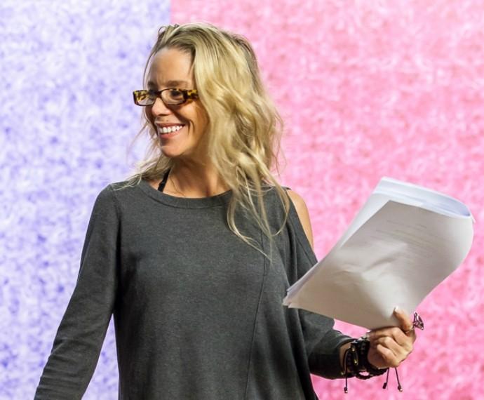 Danielle Winits sorri no ensaio do Tomara que Caia (Foto: Artur Meninea/Gshow)