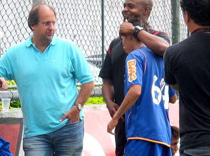 Carlos Noval, diretor executivo das categorias de base, com o time de juniores do Flamengo (Foto: Janir Junior / GLOBOESPORTE.COM)