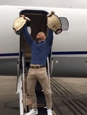 Conor McGregor dois cinturões UFC (Foto: Reprodução/Instagram)