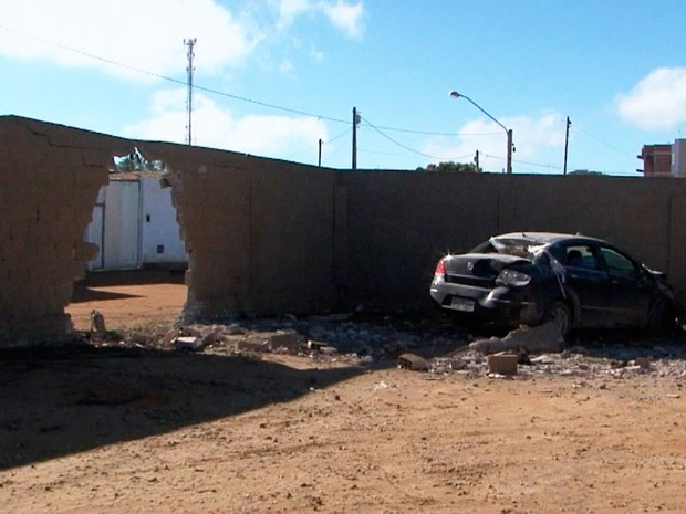 Carro derrubou muro e invadiu área externa de posto de saúde (Foto: Reprodução / TV Sudoeste)