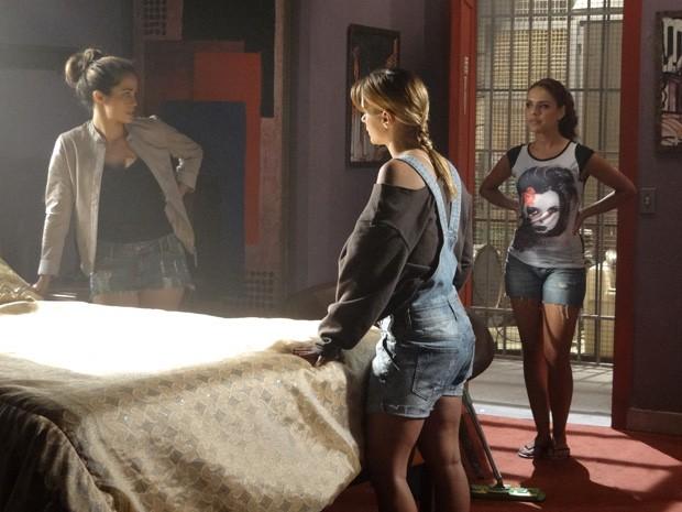 Aí tem! Rosângela desconfia de Morena e Jéssica (Foto: Salve Jorge/TV Globo)