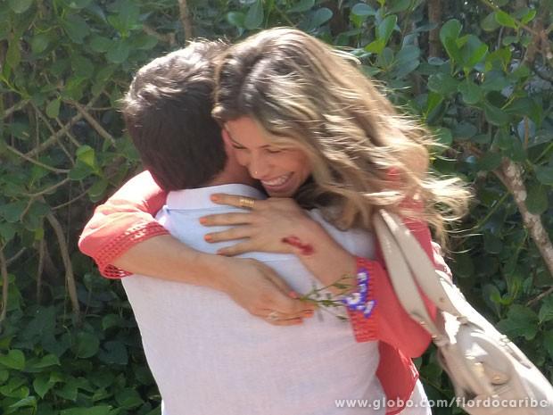 Ester comemora com Cassiano (Foto: Flor do Caribe / TV Globo)