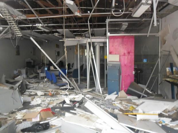 Agência ficou destruída com explosão (Foto: João Miguel/ Folha do Vale)