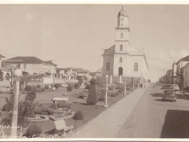 Antiga Praça Matriz com projeto ainda antigo da Igreja Matriz, em Varginha (Foto: Coleção Dr. Paulo Greco/Fundação Cultural de Varginha)