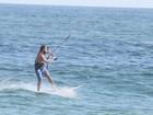 Cláudio Heinrich pratica kitesurf na praia da Barra da Tijuca, no Rio
