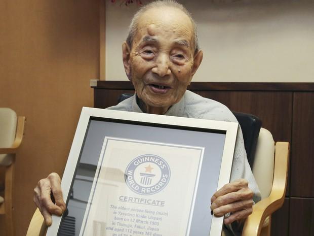 Em imagem de 21 de agosto de 2015, Yasutaro Koide recebe o título de homem mais velho do mundo (Foto: Koji Sasahara/AP Photo)