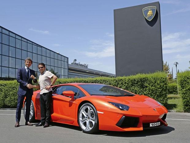 CEO da Lamborghini, Stephan Winkelmann entrega chaves ao proprietário alemão (Foto: Divulgação)