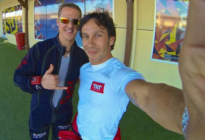 Luigi Cani posa ao lado de Michael Schumacher em Dubai, nos Emirados Árabes Unidos (Foto: Reprodução / Facebook)