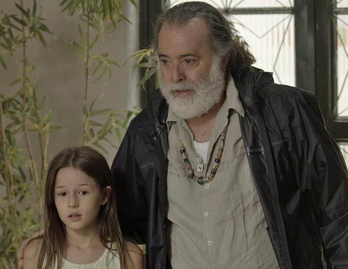 Zé Maria leva Aninha até a casa de Adisabeba e pede que a ex cuide da menina (Foto: TV Globo)