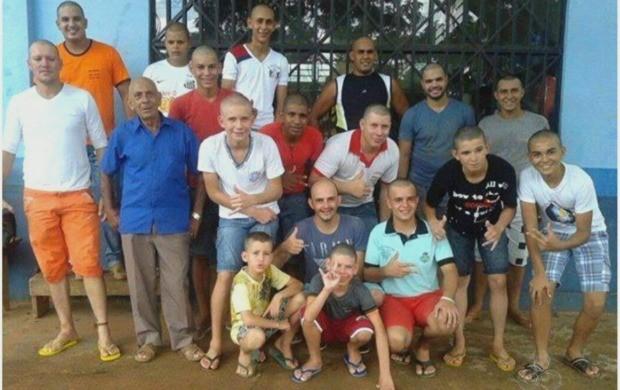 Amigos raspam a cabeça em ato de solidariedade (Foto: Jornal do Acre)