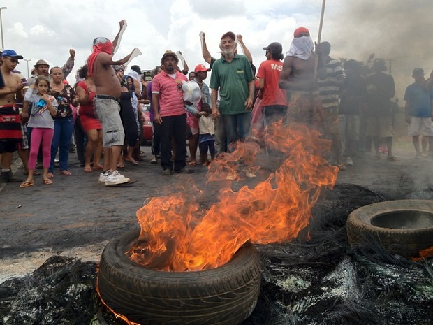 Bloqueio realizado por manifestantes do MST nesta quarta-feira (21) na BR-040, em Brasília  (Foto: Lucas Nanini/G1 )
