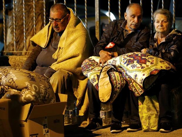 Pessoas se agasalham para passar a noite ao ar livre em Amatrice, na Itália, após o terremoto que atingiu a cidade  (Foto: Reuters/Stefano Rellandini)