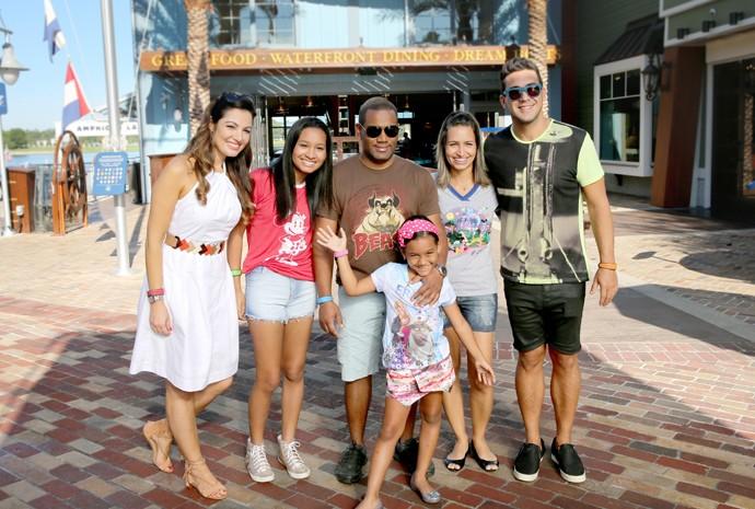 Família carioca junto com Patrícia e André no Disney Springs (Foto: Leonardo Viso/Gshow)