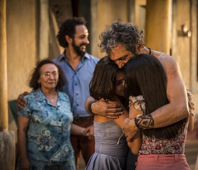 Antes de Luzia chegar, Santo comemora com a família (Foto: Inácio Moraes/ Gshow)