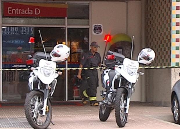 Praça de alimentação do shopping foi interditado com suspeita de bomba (Foto: Reprodução/ Tv Tem)