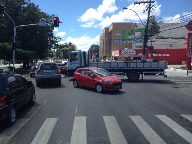 Carro e caminhão colidem na Avenida Fernandes Lima e trânsito fica mais congestionado (Foto: Micaelle Morais/G1)