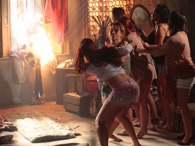 Briga! Jéssica não deixa Rosângela se aproximar do fogo (Foto: Salve Jorge/TV Globo)