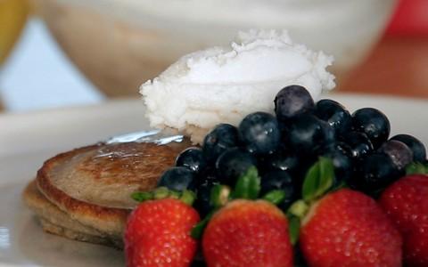 Panqueca americana de trigo sarraceno com manteiga de coco e mel