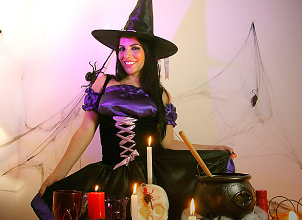 Anamara prepara drink para o Halloween (Foto: EGO)