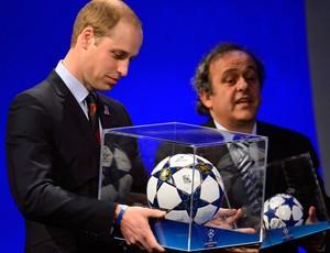 Príncipe William ganha uma mini bola de Michel Platini (Foto: Agência Reuters)