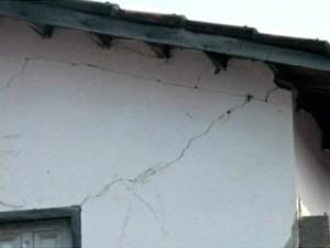 Tremor causou fissura na residência de Raimunda Cecília (Foto: Coreaú Online)