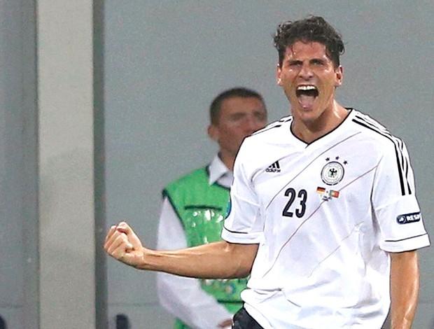 Mario Gomez comemora gol da Alemanha contra Portugal (Foto: Reuters)