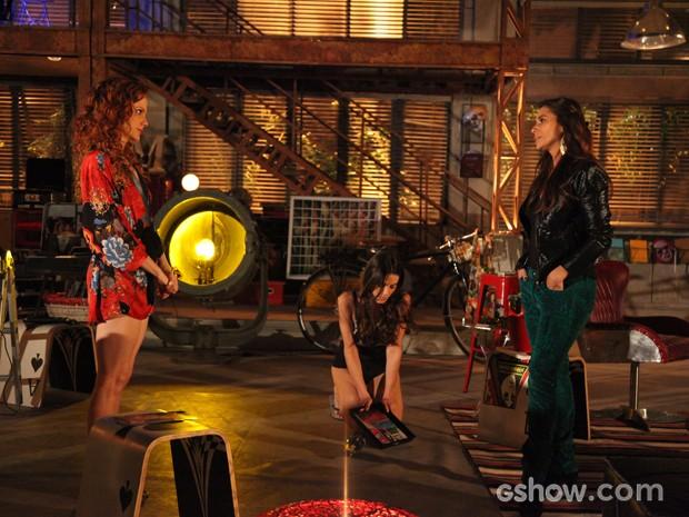 Vanessa e Clara trocam ironias enquanto Flavinha cata cacos de vidro pelo chão (Foto: Carol Caminha / TV Globo)