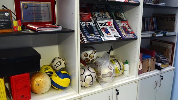 Lembranças da carreira profissional de Ana Paula Oliveira, em seu escritório (Foto: Guto Marchiori / Globoesporte.com)