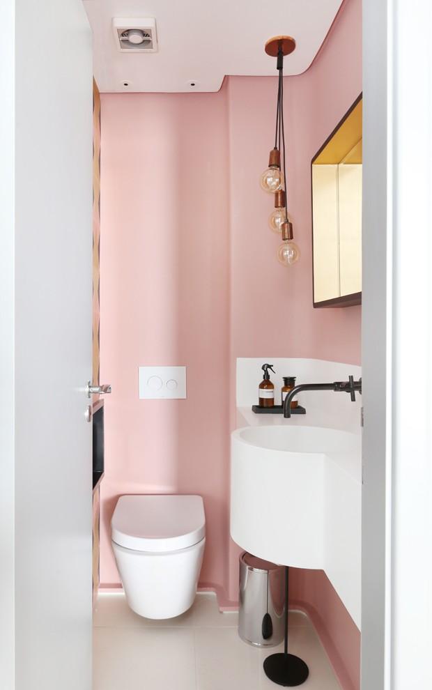 LAVABO | Todo rosa, o espaço ganhou espelho da Westwing e pendentes da Marilena G (Foto: Mariana Orsi/Divulgação)