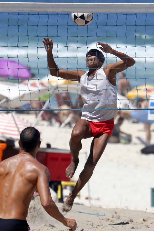 Romário e namorada na praia (Foto: AgNews / AgNews)