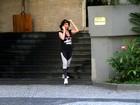 Claudia Alencar passeia com roupa de malhar