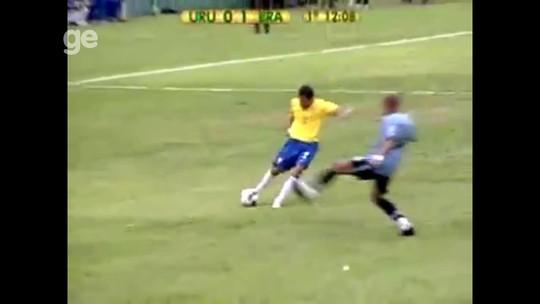 """Último jogo do Brasil no Centenário teve gol de Daniel Alves, expulsões e """"olé"""""""