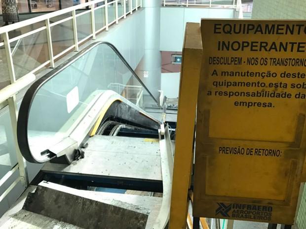 Uma das escadas rolantes está parada para manuntenção no aeroporto de Salvador (Foto: Alan Tiago Alves/G1)