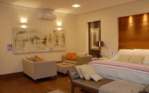 Dormitório tem iluminação controlada com recursos de automação (Foto: Felipe Teixeira)