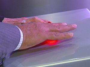 Presidente da TV Tem e a diretora da Central Globo de Afiliadas apertaram o botão da mudança de sinal.  (Foto: reprodução/TV Tem)