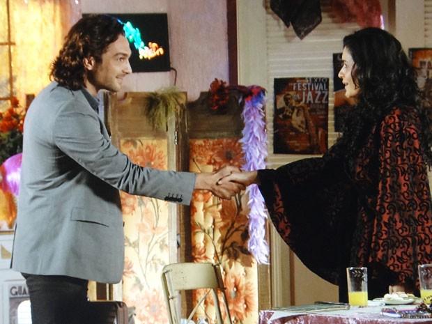 Alberto se apresenta a Cristal como um amigo de Cassiano (Foto: Flor do Caribe / TV Globo)