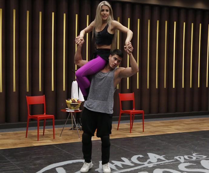 Arthur Aguiar levanta a bailarina Mayara Araújo (Foto: Fábio Rocha / Gshow)