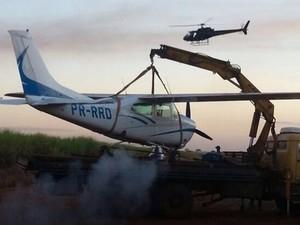 Avião monomotor foi levado para aeroporto em Santa Helena de Goiás (Foto: Divulgação/Graer)