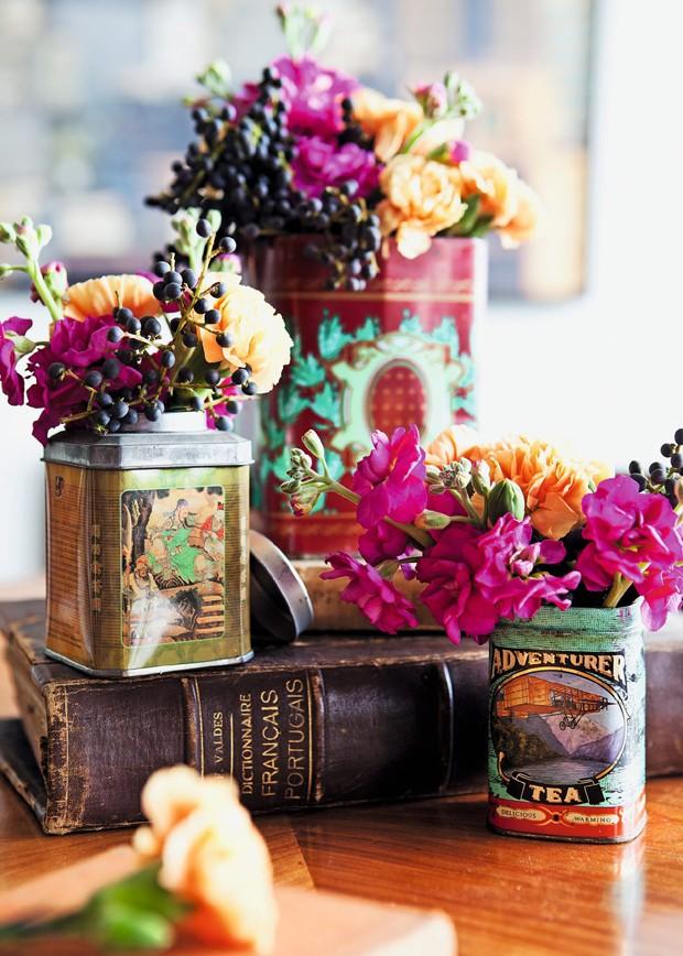 Latas de chá e livros antigos são ótimos para dar charme à decoração (Foto: Lufe Gomes / Editora Globo)