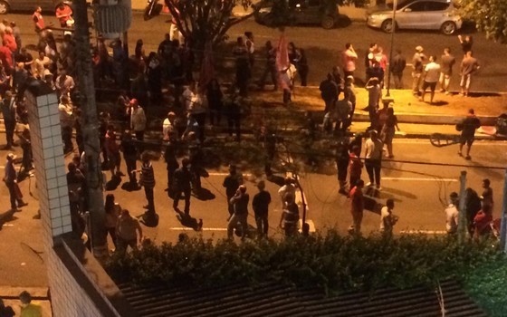 Movimentação em frente a casa do presidente Lula, em São Bernardo do CAmpo. (Foto: Soraya Roberti)