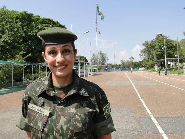 Major Ana Mara Paulette, no dia da entrega de distintivo de major do Exército, no Colégio Militar de Belo Horizonte. (Foto: Cristina Moreno de Castro / G1)