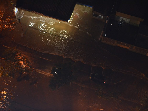 Avenidas ficaram alagadas em Piracicaba na noite desta terça (Foto: Marcello Carvalho)