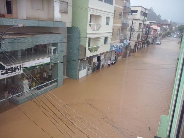 Rua alagada no Centro de São Gabriel da Palha (Foto: Wrsula Machado/ VC no ESTV)