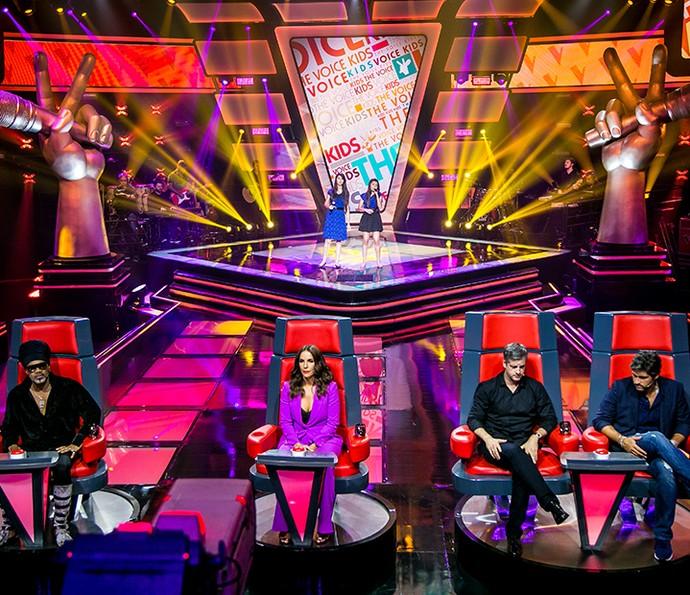 Os técnicos do The Voice Kids prestam atenção na apresentação da dupla (Foto: Isabella Pinheiro/Gshow)