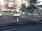 Carro bate e danifica poste próximo à Avenida Manoel Dias, em Salvador