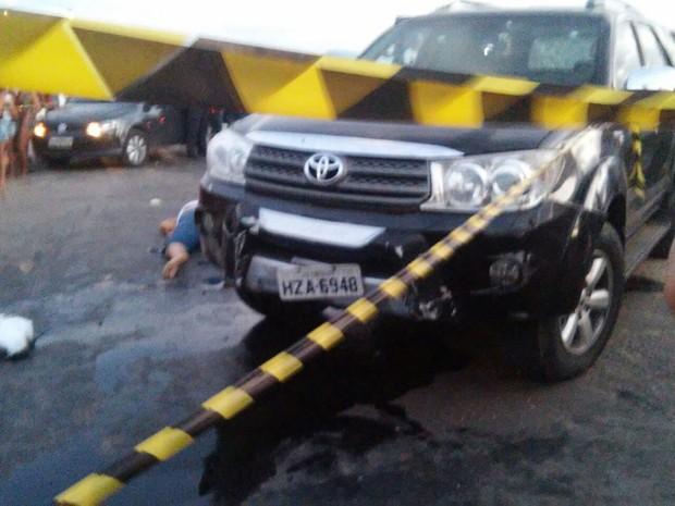 Carro ficou com várias marcas de tiro (Foto: PRF/Divulgação)